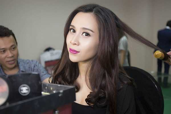 Bên cạnh đó, Lưu Hương Giang cũng duyên dáng không kém khi chọn cho mình chiếc váy Elie Saab mùa Fall winter 2014.