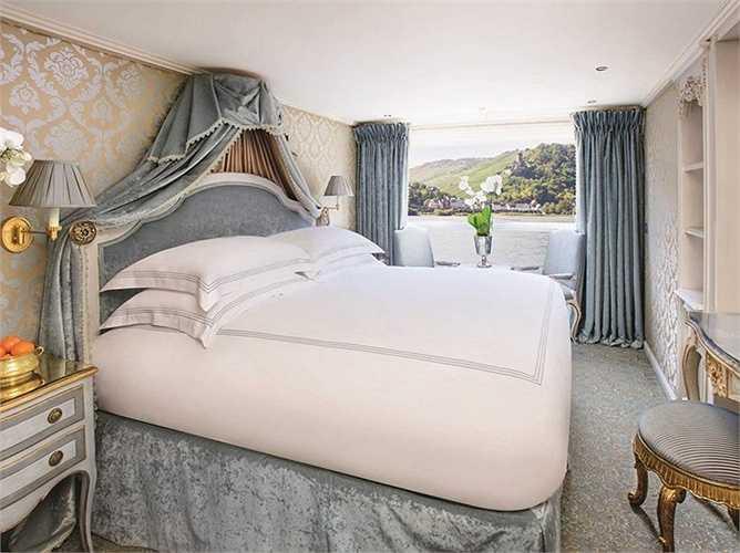Phòng rộng với chiếc nệm ấn tượng và cửa kính lớn nhìn ra sông