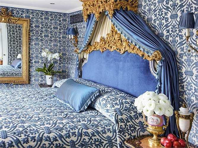 Căn phòng Hoàng gia với giường ngủ lớn và phòng tắm có bồn tắm