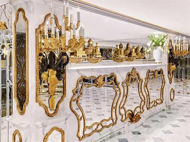 Các đường nét trang trí, mạ vàng tinh tế và cầu kỳ. Màu trắng là màu chủ đạo tạo nên sự quý phái