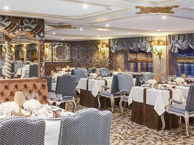 Nhà hàng rộng phục vụ hàng trăm khách cùng một lúc