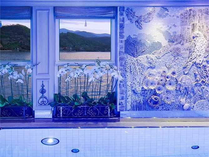 Khi trời tối, không gian bể bơi dịu và sang trọng với đèn màu xanh