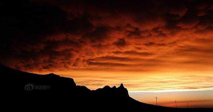 Hình ảnh mây vần vũ kéo về trước một cơn bão