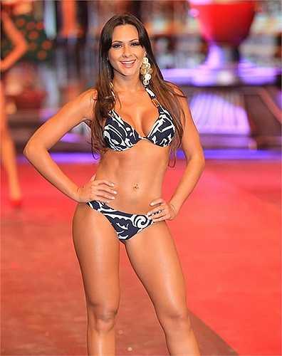 Ngay khi nhận lời tham dự, Fabiana đã 'trách khéo' BTC khi họ sử dụng hình ảnh quá cứng nhắc của cô. Thậm chí, người đẹp này còn gợi ý nên sử dụng những hình ảnh gợi cảm hơn