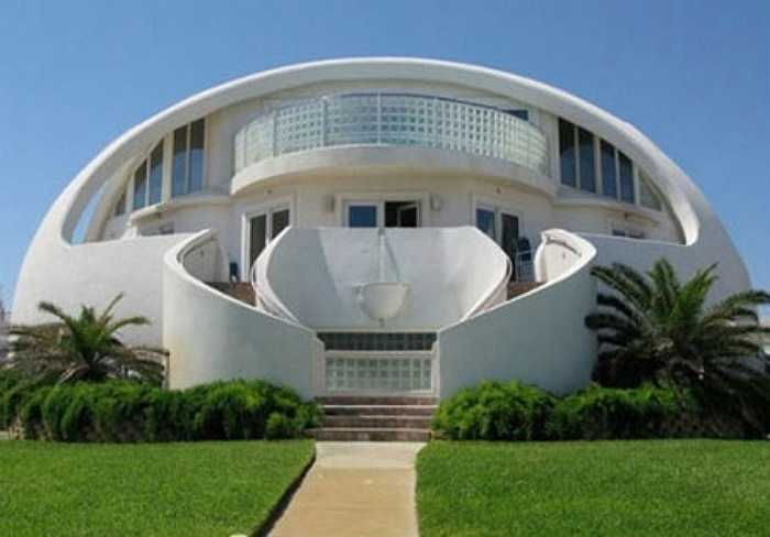 Mẫu nhà mái vòm chống bão ở Florida    Người chủ của ngôi nhà đã chủ ý tạo dựng nó với sức chịu lực rất lớn sau khi cơn bão Opal phá hủy hoàn toàn căn nhà cũ của họ vào năm 2005 và khiến họ lâm vào tình cảnh không nhà cửa trong suốt 14 tháng liền. Chi phí để xây dựng căn nhà là 7 triệu USD.