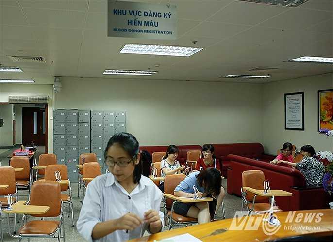 Sau khi biết được thông tin ngân hàng máu của Viện huyết học Truyền máu Trung Ương chỉ còn vài ngày nữa là cạn kiệt, rất nhiều người dân ở Hà Nội đã tình nguyện tới đây để hiến tặng những 'giọt đào' quý giá của mình.
