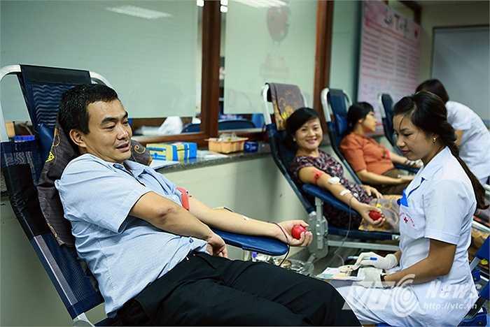 Dù chưa bao giờ đi hiến máu nhưng khi biết được thông tin ngân hàng máu sắp cạn kiệt, anh Dũng (38 tuổi) cùng vợ là chị Thuyên (Hà Nội) đã ngay lập tức tới Viện Huyết học truyền máu Trung Ương để hiến máu.