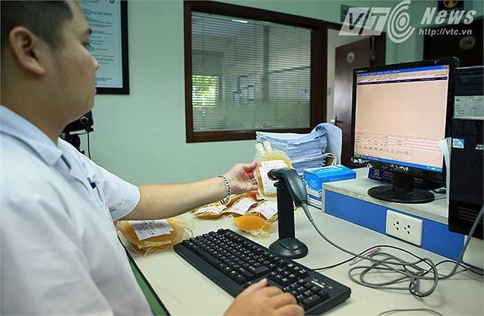 Máu thành phẩm sau đó sẽ được đánh mã và quản lý bằng barcode để tiện theo dõi.