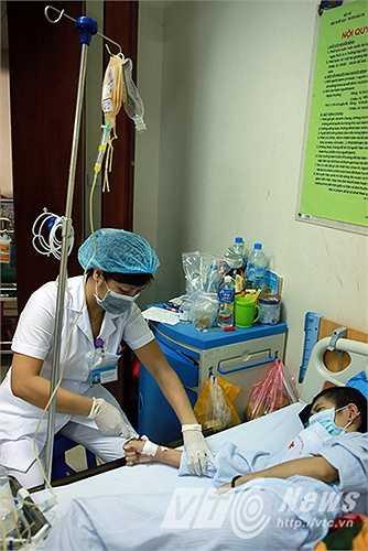 Sau khi trải qua rất nhiều quy trình chuyên môn nghiêm ngặt cuối cùng đơn vị máu đó được truyền tới tay người bệnh.