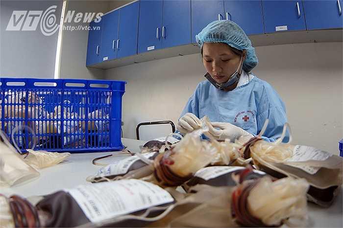 Máu sau khi được tiếp nhận sẽ được chuyển tới khoa Điều chế các thành phần máu để xử lý.