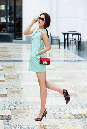 Chiếc túi kiểu dáng nhỏ nhắn đeo vai là từ hiệu Louis Vuitton và có giá 1.310 USD (hơn 28 triệu đồng). Kính mắt sành điệu của cùng hãng có giá hơn 14 triệu đồng.