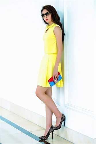 Kỳ Duyên tỏ ra là tín đồ của hàng hiệu đẳng cấp Louis Vuitton. Trong hình ảnh mới đây nhất, cô cũng sử dụng chiếc ví cầm tay hiệu này để hoàn thiện phong cách. Chiếc ví có giá 1.100 USD (gần 24 triệu đồng).