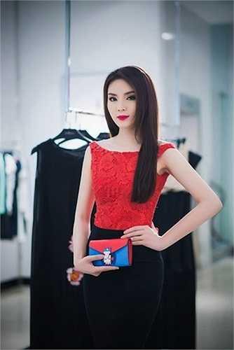Khi tham dự một sự kiện, Hoa hậu 9x cũng từng mang theo chiếc ví nổi bật Louis Vuitton.