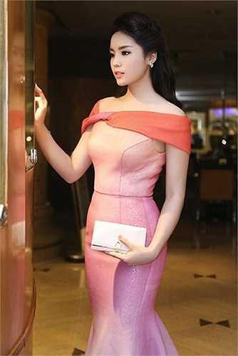 Hoa hậu Kỳ Duyên nắm trong tay nhiều món đồ hàng hiệu khiến nhiều người phải 'ghen tị'.