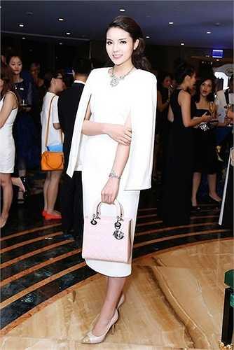 Túi xách hàng hiệu Lady Dior giá gần 80 được Kỳ Duyên phối cùng bộ cánh màu trắng tinh khôi.