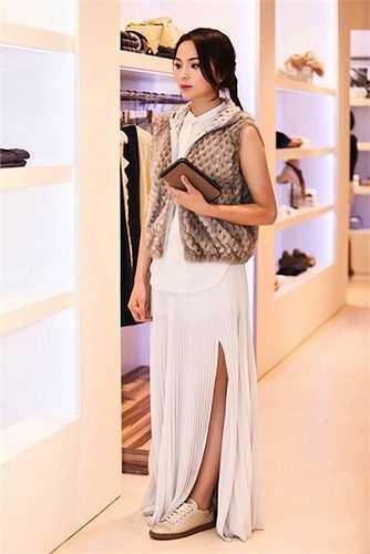 Đôi giày mà người đẹp gốc Nam Định mang có giá gần 30 triệu đồng.
