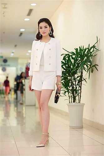 Không thể phủ nhận, Kỳ Duyên đang đẹp lên từng ngày. Cô diện bộ đồ màu trắng mix cùng túi xách nổi bật hiệu Moschino.  (Nguồn: Zing)