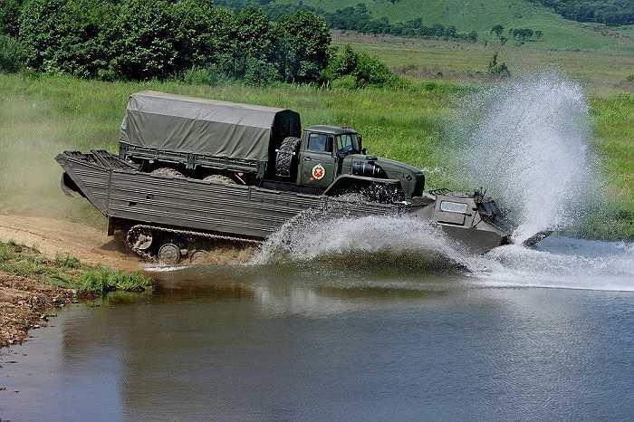 Một chiếc xe vận tải đổ bộ của quân đoàn 5 lao xuống nước trong cuộc tập trận