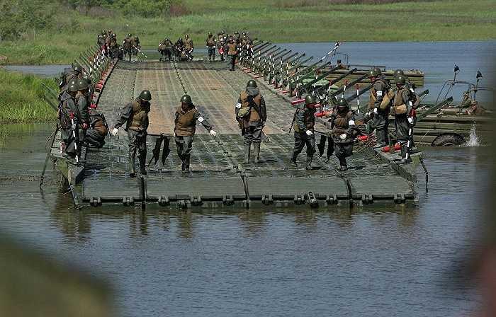 Lính công binh Nga xây cầu phao cho xe quân sự qua