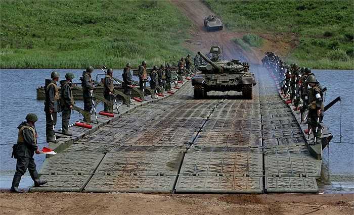 Lính công binh dàn hàng hai bên cho xe tăng qua sông