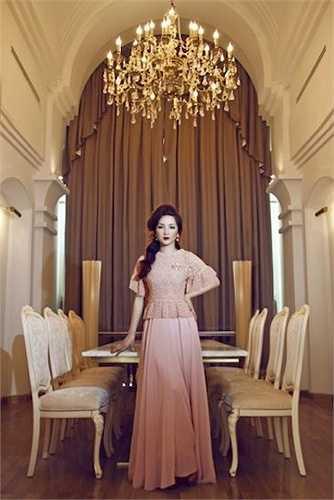 Phòng ăn của người đẹp được trang trí cầu kỳ như của một nữ hoàng.