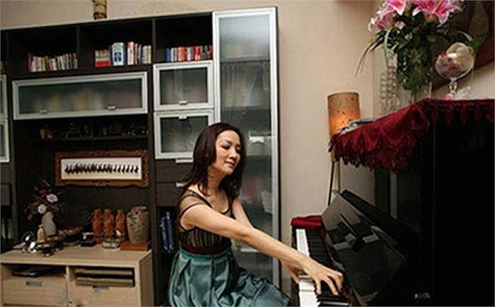 Căn phòng này còn có một cây đàn piano để cô thả hồn mình vào âm nhạc.