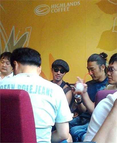 Tháng 5/2012, mỹ nam xứ Hàn Cha Seung Won đến Sài Gòn một cách lặng lẽ và chỉ bị phát hiện khi cùng bạn bè ngồi cafe dù đã 'ngụy trang' khá kỹ với kính đen, mũ bêrê. Ảnh: SonTran.