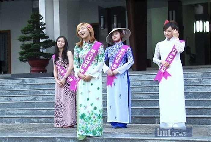 Mặc dù sang Việt Nam để làm việc, các cô gái của nhóm nhạc thần tượng cũng tranh thủ ghé thăm được một số địa điểm du lịch nổi tiếng.