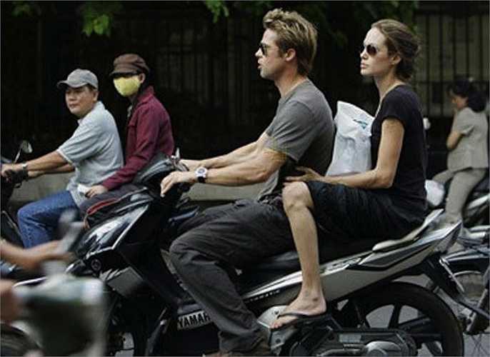 Cặp đôi Brad Pitt và Angelina Jolie đã có 5 lần đến Việt Nam nhưng có lẽ hình ảnh ấn tượng nhất chính là lần đầu tiên khi Brad Pitt lái xe máy đèo Angelina Jolie dạo phố Sài Gòn với trang phục đơn giản.Cặp đôi sang Việt Nam sau khi đến Campuchia để thảo luận về kế hoạch bảo tồn thiên nhiên. Cũng trong chuyến đi, Brangelina đã đến thăm trung tâm bảo trợ trẻ em mồ côi Tam Bình, bắt đầu cho kế hoạch nhận nuôi Pax Thiên sau này.  (Nguồn: Zing)