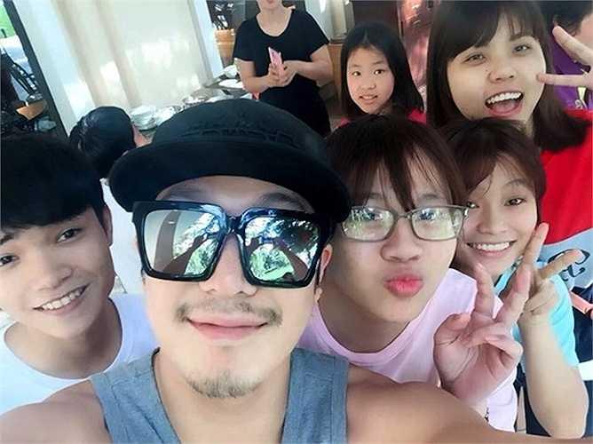 Tháng 3, nam ca sỹ - diễn viên xứ Hàn Haha đưa cả nhà đến Việt Nam du lịch. Địa điểm anh chọn chính là thành phố biển Đà Nẵng.
