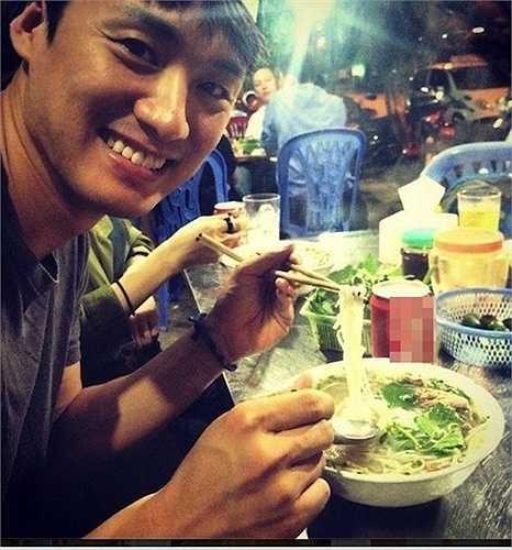 Đầu tháng 9, Oh Sang Jin lặng lẽ sang Việt Nam và tận hưởng những khoảnh khắc du lịch riêng tư. Qua những hình ảnh mà nam diễn viên của Vì sao đưa anh tới cập nhật trên trang Instagram, người hâm mộ có thể thấy Oh Sang Jin có khá nhiều trải nghiệm ở Việt Nam như ăn phở vỉa hè, ngồi xích lô, đội nón lá, đi thuyền ở miền Tây...