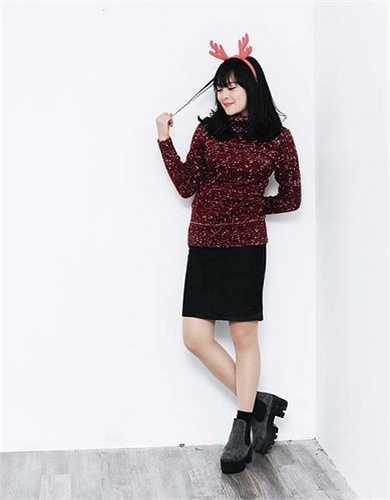 Hot girl đất Cảng thường chọn cho mình váy trơn màu, kiểu dáng đơn giản để không khiến mình quá già dặn hay rườm rà.