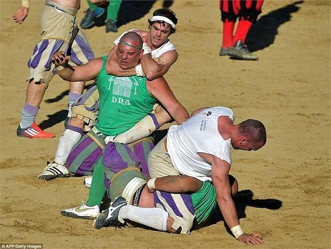 Tuy nhiên, trong giai đoạn hiện nay, cuộc chơi đã có thêm những trọng tài nhằm đảm bảo không xảy ra đánh lộn trên sân