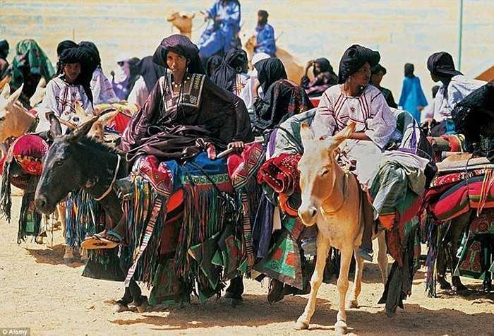 Tại một bộ lạc du mục lâu đời trên sa mạc Sahara tên là Tuareg, nơi mà những người phụ nữ nắm giữ nhiều quyền lực