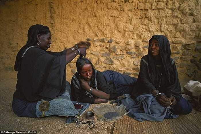 Thậm chí, khi các cô gái ly hôn, các gia đình sẽ tổ chức ăn uống múa hát linh đình như là một cách để thông báo cơ hội tình cảm cho các chàng trai khác trong bộ lạc