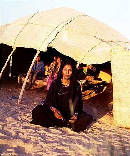 Tuy rằng bộ lạc Tuareg được xem là bộ lạc du mục Hồi giáo, nhưng tập tục của họ hoàn toàn khác hẳn với thế giới Hồi giáo ở Trung Đông
