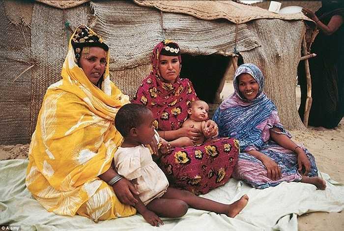 Người phụ nữ ở bộ lạc Tuareg rất được tôn trọng, kể cả khi ly hôn họ cũng được giữ toàn bộ của cải của mình