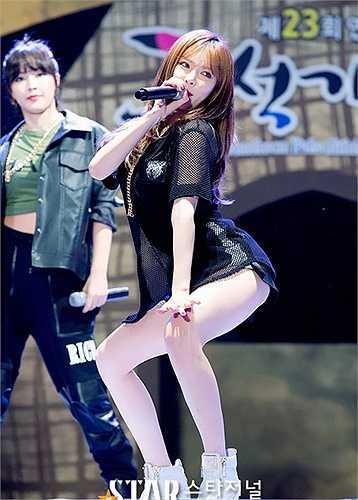 HyunA nhóm 4Minute luôn khiến cánh mày râu ngẩn ngơ vì đường cong chữ S.