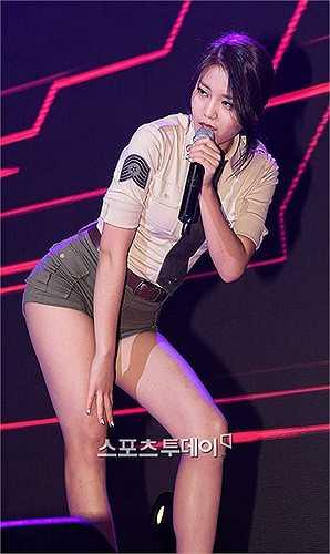 Hye Jung nhóm AOA khoe đôi chân dài và đường cong cơ thể chữ S.