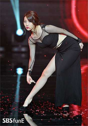 Chân dài, dáng chuẩn, mỹ nhân K-Pop biết cách giữ gìn nhan sắc và khai thác triệt để khi lên sân khấu.