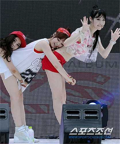 Nhóm Girl's Day thực hiện màn vũ đạo nhạy cảm.
