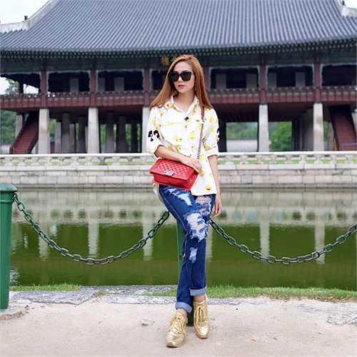 Minh Hặng diện quần jeans rách bụi bặm, rạng rỡ tạo dáng khi tới Hàn Quốc.