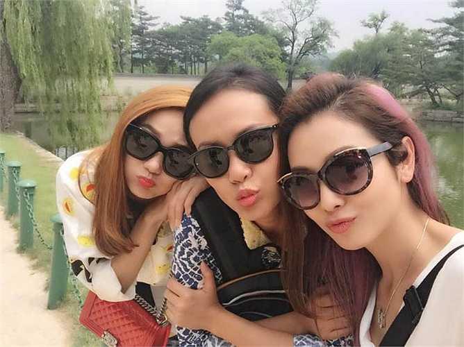 Cùng sang Hàn Quốc với Minh Hằng còn có Hồng Ánh và Jennifer Phạm. Trong ảnh, ba người đẹp nhí nhảnh tạo dáng.