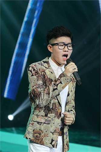 Nam ca sỹ khoe giọng hát ngọt ngào.