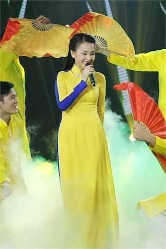 Cô sẽ khiến khán giả 'đã tai, mát mắt' với tiết mục biểu diễn Khúc hát ân tình với phần minh họa của vũ đoàn.