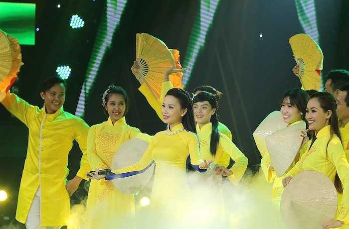 Ngoài ra, nữ ca sỹ còn có phần giao lưu với bộ ba giám khảo Minh Hằng, Quyền Linh và Lê Quang vô cùng thú vị.