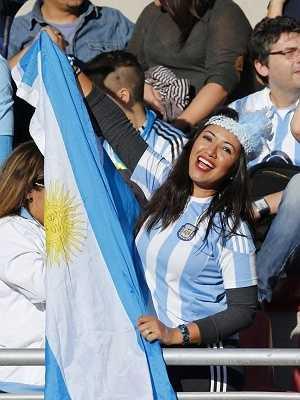 Cuối cùng, hòa vào sự 'hoang dã' trên khán đài của các fan nữ, phải kể tới những cô gái xứ tango và tình yêu dành cho Messi.