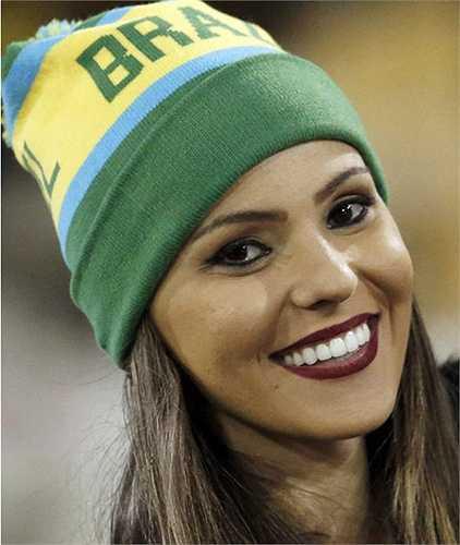 Fan nữ của Brazil. Đội bóng xứ Samba giành vị trí nhất bảng C và sẽ gặp Paraguay ở tứ kết.