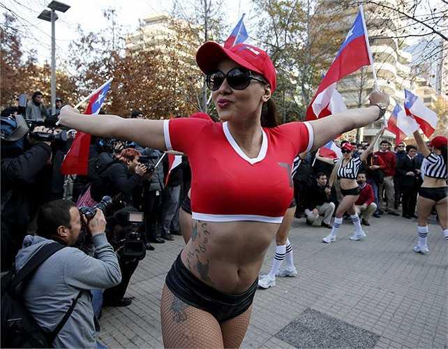 Fan nữ của chủ nhà Chile. Rạng sáng nay, Chile đã biến Uruguay thành nhà cựu vô địch khi vượt qua đội bóng này ở tứ kết.