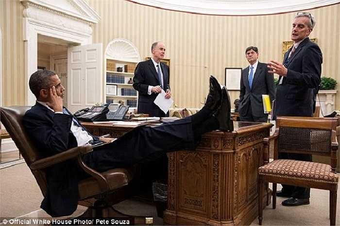 Tổng thống Obama vô tư gác chân lên bàn khi thảo luận các vấn đề của nhà nước với các cố vấn Tom Donilon, Jack Lew, Denis McDonough tháng 11/2012